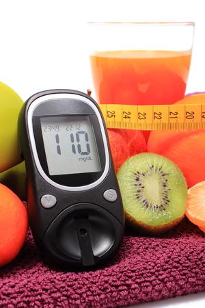inmunidad: Gluc�metro, frutas frescas con cinta m�trica y un vaso de jugo, el concepto de la diabetes, de adelgazamiento, la alimentaci�n sana y el fortalecimiento de la inmunidad Foto de archivo