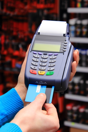 Hand der Frau, die mit Zahlungsterminal in einem Elektrogeschäft, Zahlung mit Kreditkarte, Kreditkartenleser, Finanzkonzept Standard-Bild - 36985538