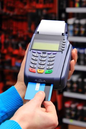 Main de femme à l'aide terminal de paiement dans un atelier d'électricité, payer par carte de crédit, lecteur de carte de crédit, le concept de la finance Banque d'images - 36985538