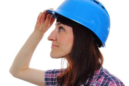 mujer trabajadora: Sonriente trabajador de la construcci�n mujer llevaba casco protector azul, trabajadora industrial, seguridad en el trabajo. Aislado en el fondo blanco