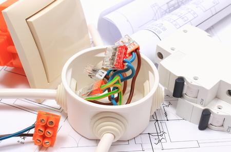 Componentes para el uso en instalaciones y esquemas eléctricos, conexiones de cable de cobre en caja eléctrica, accesorios para trabajos de ingeniería, concepto de energía