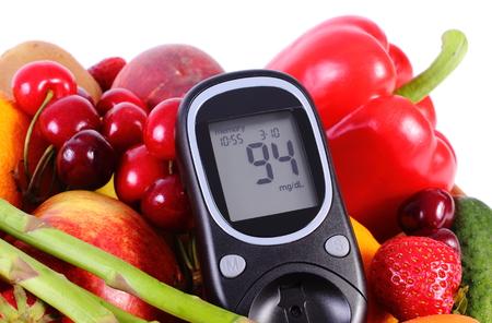 diabetes: Medidor de glucosa con frutas maduras y verduras, concepto de la diabetes, la alimentación sana, la nutrición y el fortalecimiento de la inmunidad