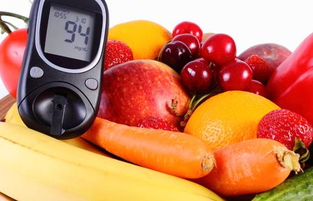 inmunidad: Gluc�metro con frutas maduras y verduras, concepto de la diabetes, la alimentaci�n sana, la nutrici�n y el fortalecimiento de la inmunidad. Aislado en el fondo blanco