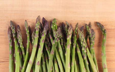 inmunidad: Esp�rrago verde fresco en superficie de madera, el concepto de la comida sana, la nutrici�n y el fortalecimiento de la inmunidad