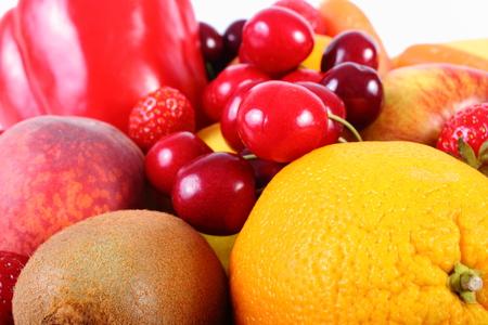 inmunidad: Frutas frescas maduras y verduras, concepto de la comida sana, la nutrici�n y el fortalecimiento de la inmunidad. Aislado en el fondo blanco