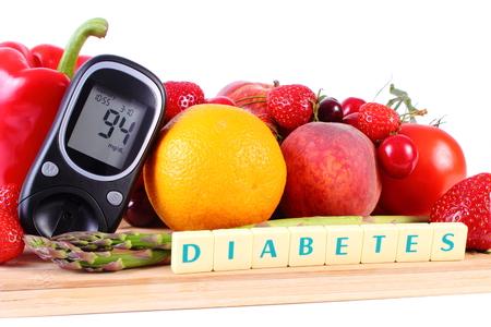diabetes: Medidor de glucosa con frutas maduras y verduras en la tabla de cortar de madera, concepto de la diabetes, la alimentación sana, la nutrición y el fortalecimiento de la inmunidad