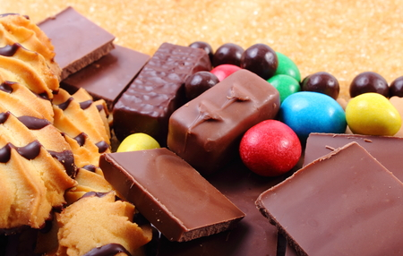 Viele Süßigkeiten und Cookies mit braunem Rohrzucker, zu viele Süßigkeiten, ungesunde Lebensmittel, Reduktion von Süßigkeiten Standard-Bild - 43113482