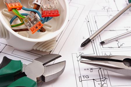 Pinces métalliques, les connexions de tournevis et de câbles dans la boîte électrique se trouvant sur électrique dessin de construction de la maison Banque d'images - 43845115