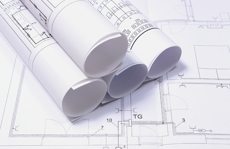 lijntekening: Rollen van elektrische schema's op de bouw tekening, tekeningen voor de projecten engineer Stockfoto