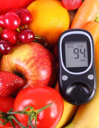 nutrici�n: Medidor de glucosa con frutas y verduras frescas y maduras Foto de archivo