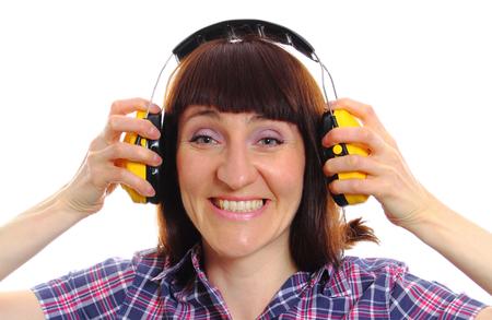 protección: Trabajador de la construcci�n el uso de auriculares de protecci�n, la seguridad en el trabajo y protecci�n para los o�dos. Aislado en el fondo blanco Foto de archivo