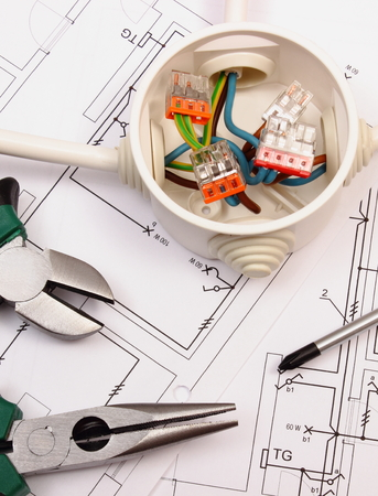 Metall-Zangen, Schraubendreher und Kabelverbindungen in elektrischen Feld liegt auf dem elektrischen Konstruktionszeichnung des Hauses, Werkzeug und zeichnen für Ingenieur Jobs, das Konzept von Haus zu bauen Standard-Bild - 44067476