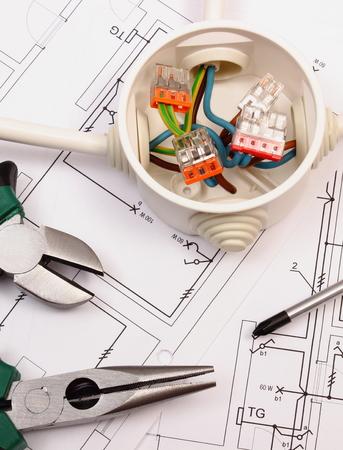 Pinces métalliques, les connexions de tournevis et de câbles dans la boîte électrique se trouvant sur électrique dessin de construction de la maison, outil de travail et de dessin pour les emplois d'ingénieur, maison concept de la construction Banque d'images - 44067476