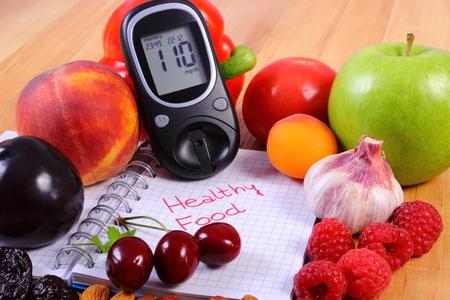 diabetes: Las frutas frescas, verduras y medidor de glucosa en el cuaderno de notas de la escritura, concepto de nutrición, la dieta y la diabetes, el nivel de azúcar Foto de archivo