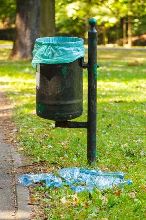 botar basura: lata vieja basura en el parque y el montón de botellas de plástico, el concepto de protección del medio ambiente, tirar basura del medio ambiente Foto de archivo