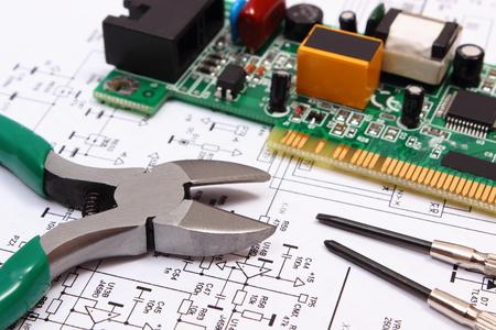 Leiterplatte mit elektrischen Komponenten und Präzisionswerkzeugen, die auf Konstruktionszeichnung von Elektronik, Zeichnungen und Werkzeuge für Ingenieur Jobs, Technologie Standard-Bild - 44765054