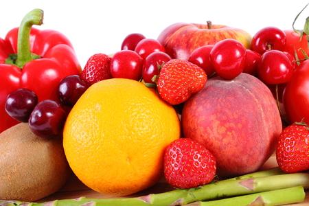 nutricion: Frutas frescas maduras y verduras, concepto de la comida sana, la nutrición y el fortalecimiento de la inmunidad. Fondo blanco