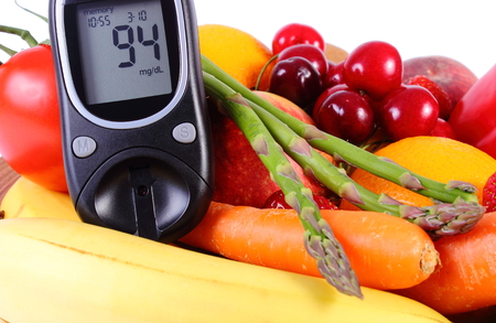 inmunidad: Medidor de glucosa con frutas maduras y verduras, concepto de la diabetes, la alimentaci�n sana, la nutrici�n y el fortalecimiento de la inmunidad