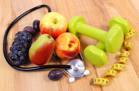 Stéthoscope médical, fruits et haltères pour l'utilisation de la condition physique, le concept des soins de santé, modes de vie sains et la nutrition Banque d'images - 45252064