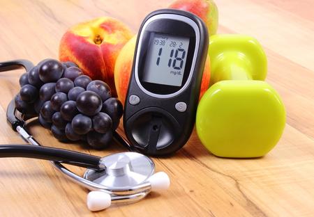 nutrici�n: Medidor de glucosa con el estetoscopio m�dicos, frutas y pesas para usar en la aptitud, el concepto de la diabetes, estilos de vida saludables y la nutrici�n Foto de archivo