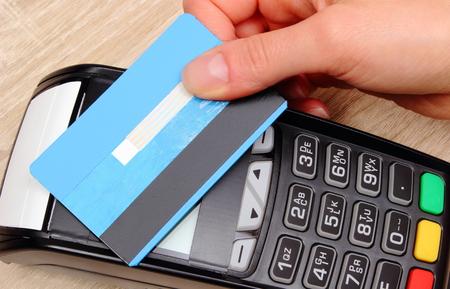 Hand der Frau mit kontaktloser Kreditkarte mit NFC-Technologie zu zahlen, Kreditkartenleser, Zahlungsterminal, Finanz- und Bankkonzept Standard-Bild - 45529268