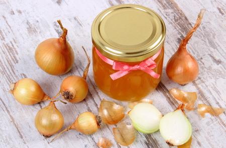 inmunidad: Miel org�nica fresca en el tarro de cristal y cebollas en viejo fondo de madera r�stica, la nutrici�n saludable, fortalecer la inmunidad y el tratamiento de los resfriados y la gripe