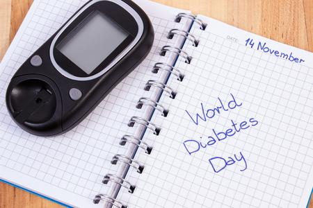 diabetes: Día metros y la diabetes mundo glucosa por escrito en el cuaderno, símbolo de la diabetes y la lucha contra la diabetes