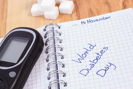 diabetes: Día de la diabetes del mundo escrito en el cuaderno, cubos medidor y azúcar glucosa, símbolo de la diabetes y la lucha contra la diabetes