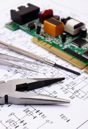 Leiterplatte Mit Elektrischen Komponenten Und Präzisionswerkzeugen ...