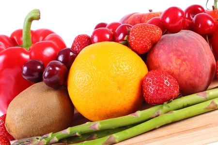 inmunidad: Frutas frescas maduras y verduras, concepto de la comida sana, la nutrici�n y el fortalecimiento de la inmunidad. Fondo blanco