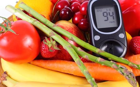 diabetes: Glucómetro con frutas maduras y verduras, concepto de la diabetes, la alimentación sana, la nutrición y el fortalecimiento de la inmunidad