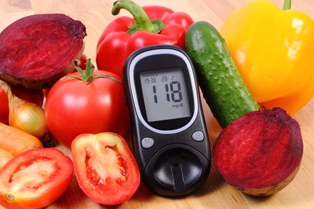 diabetes: Vetables maduras frescas y glucómetro en mesa de madera, diabetes, estilo de vida saludable y la nutrición, resultado de la medición del azúcar Foto de archivo