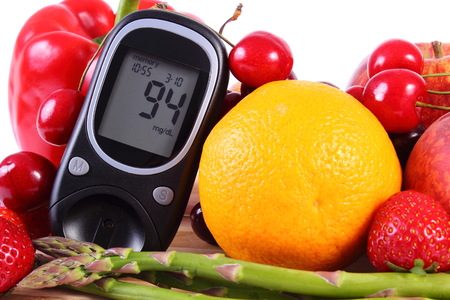 inmunidad: Glucose meter with fresh ripe fruits and vegetables, concept of diabetes, healthy food, nutrition and strengthening immunity