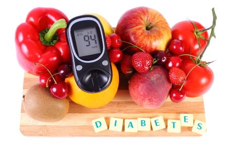 inmunidad: Gluc�metro con frutas maduras y verduras en la tabla de cortar de madera, concepto de la diabetes, la alimentaci�n sana, la nutrici�n y el fortalecimiento de la inmunidad Foto de archivo