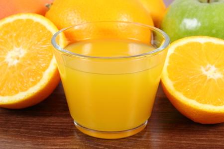 inmunidad: frutas maduras y vaso de jugo en tabl�n de madera de superficie, manzana naranja pomelo, estilos de vida saludable y la nutrici�n inmunidad fortalecimiento