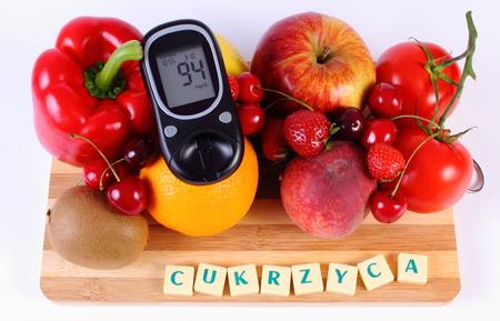 inmunidad: Medidor de glucosa con frutas maduras y verduras en la tabla de cortar de madera, diabetes palabra polaca, concepto de la diabetes, la alimentaci�n sana, la nutrici�n y el fortalecimiento de la inmunidad Foto de archivo