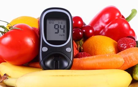 inmunidad: Gluc�metro con las frutas y las hortalizas frescas maduras tirado en la placa de madera, el concepto de la diabetes, la alimentaci�n sana, la nutrici�n y el fortalecimiento de la inmunidad. Aislado en el fondo blanco