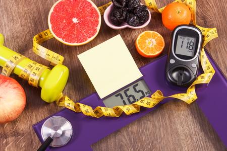 diabetes: báscula de baño electrónica y medidor de glucosa con el resultado de la medición de peso y el nivel de azúcar, el concepto de estilos de vida saludables, la diabetes y adelgazamiento, hoja de papel para el texto Foto de archivo