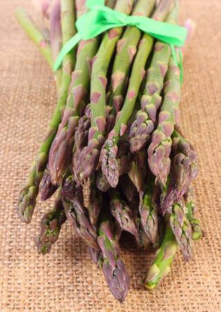 inmunidad: Manojo de cosecha de esp�rrago verde fresco en la bolsa de arpillera, el concepto de la comida sana, la nutrici�n y la inmunidad fortalecimiento Foto de archivo