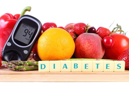 inmunidad: Medidor de glucosa con frutas maduras y verduras en la tabla de cortar de madera, concepto de la diabetes, la alimentaci�n sana, la nutrici�n y el fortalecimiento de la inmunidad