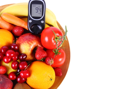 inmunidad: Glucose meter with fresh ripe fruits and vegetables, copy space for text, concept of diabetes, healthy food, nutrition and strengthening immunity. Isolated on white background