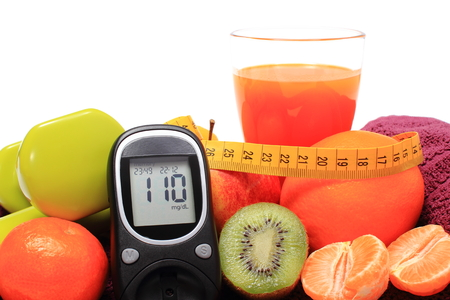 inmunidad: Glucometer, fresh fruits with tape measure, glass of juice and green dumbbells for fitness, concept for diabetes, slimming, healthy nutrition and strengthening immunity
