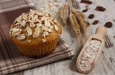 avena: Mollete fresco al horno con harina de avena con harina integral, harina de centeno y oídos de grano de centeno, el concepto de delicioso, postre o merienda saludable