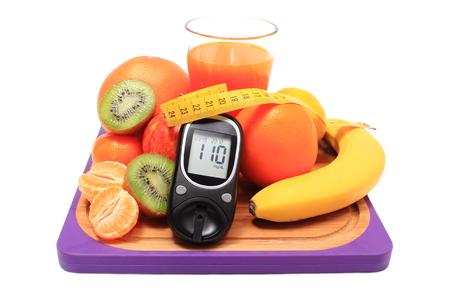 inmunidad: Medidor de glucosa, frutas naturales frescas maduras con cinta m�trica y vaso de jugo en la tabla de cortar, el concepto de la diabetes, la nutrici�n saludable y el fortalecimiento de la inmunidad