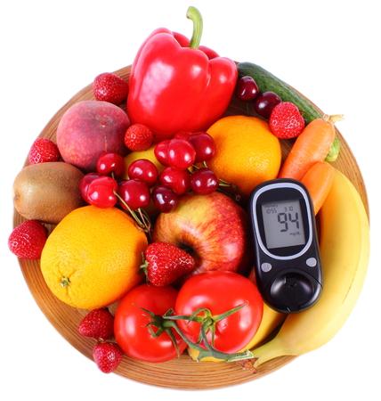 inmunidad: Medidor de glucosa con frutas y verduras frescas acostado en la placa de madera, el concepto de la diabetes, la alimentaci�n sana, la nutrici�n y la inmunidad fortalecimiento Foto de archivo