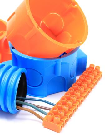 kunststoff rohr: Corrugated Kunststoffrohr, elektrisches Kabel mit Anschlusswürfel und elektrische Feld Komponente für den Einsatz in Anlagen. Isoliert auf weißem Hintergrund Lizenzfreie Bilder