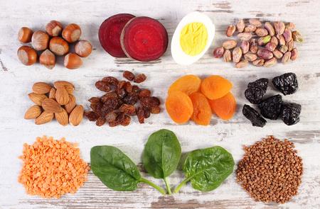 Ingredientes que contienen hierro y fibra dietética, las fuentes naturales de Ferrum, estilo de vida saludable, alimentación y nutrición Foto de archivo