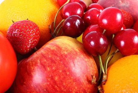 inmunidad: frutas maduras y las verduras que mienten, el concepto de la comida sana, la nutrici�n y la inmunidad fortalecimiento. Aislado en el fondo blanco