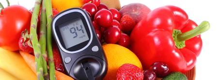 inmunidad: Gluc�metro con frutas maduras y verduras, concepto de la diabetes, la alimentaci�n sana, la nutrici�n y el fortalecimiento de la inmunidad