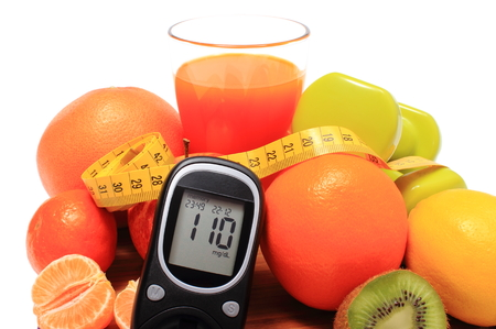 inmunidad: Glucose meter. fresh fruits, dumbbells for using in fitness, tape measure and glass of juice, concept for diabetes, slimming, healthy nutrition and strengthening immunity